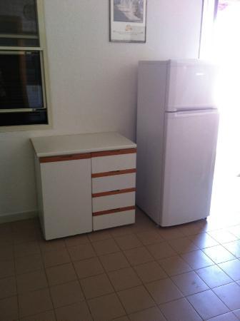 Ingresso/cucina con frigorifero e mobile con cassetti - Foto ...