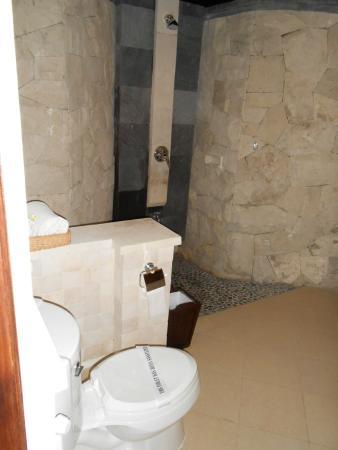 Puri Bagus Candidasa: Baño de la habitación