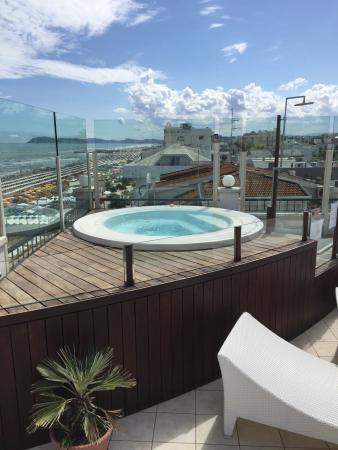 Idromassaggio sull 39 attico foto di hotel ca 39 bianca riccione tripadvisor - Attico con piscina ...