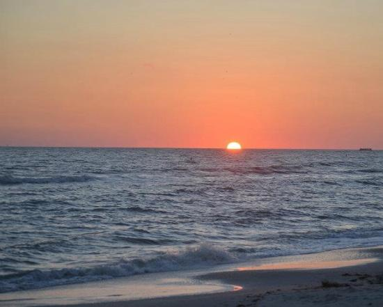 Page Terrace Beachfront Hotel: The most amazing sunsets!!!