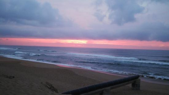 Ocean Blue Guesthouse: Sunrise at Ansteys Beach