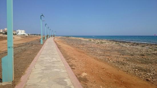carina sports bar rest.: Вид на море с тыльной стороны бара