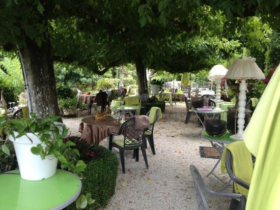 Saint-Saud-Lacoussiere, Francia: restaurant coté jardin