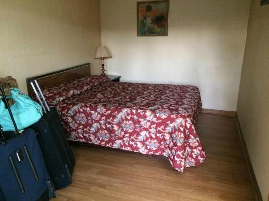 Old Mill Motel: room