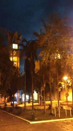 Bariri, SP: Vista noturna, lateral da Igreja