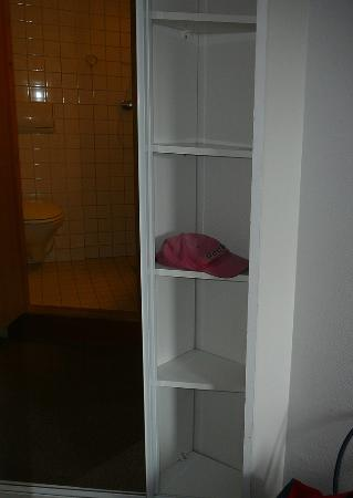Ro Hotel: Wardrobe shelves