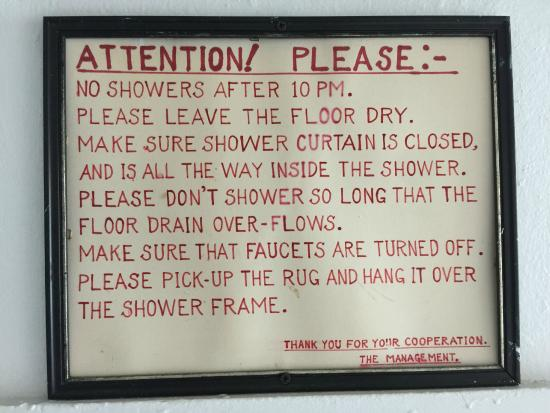 Albatross Hotel: Sign above shared shower (for rooms without private bath)