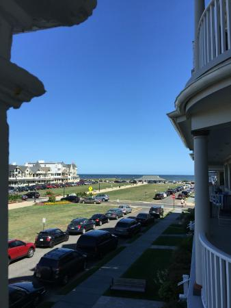Albatross Hotel: View towards ocean from 2nd floor porch corner