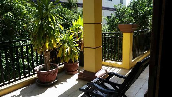 วิคตอรี่เกสท์เฮ้าส์: Balcony views off the hallways