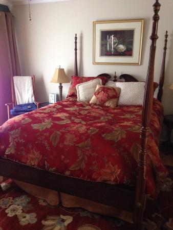 Blowing Rock Victorian Inn: The bed was so comfortable!!