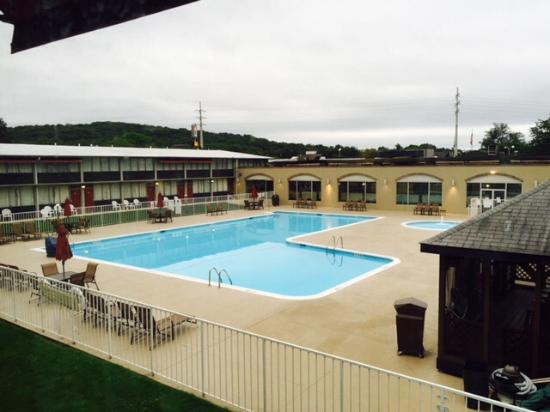 BEST WESTERN Lehigh Valley Hotel & Conference Center: View of pool from room