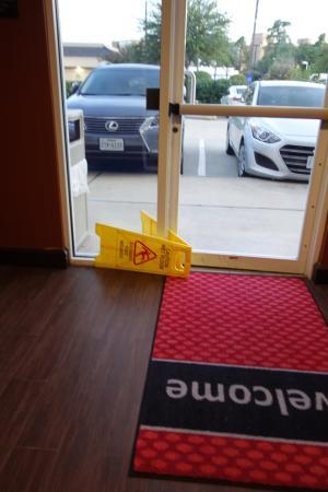 Hampton Inn & Suites Houston-Bush Intercontinental Airport : Door propped open