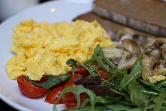 JARRYDS Sea Point: Scrambled egg, tomatoes, mushrooms and rye