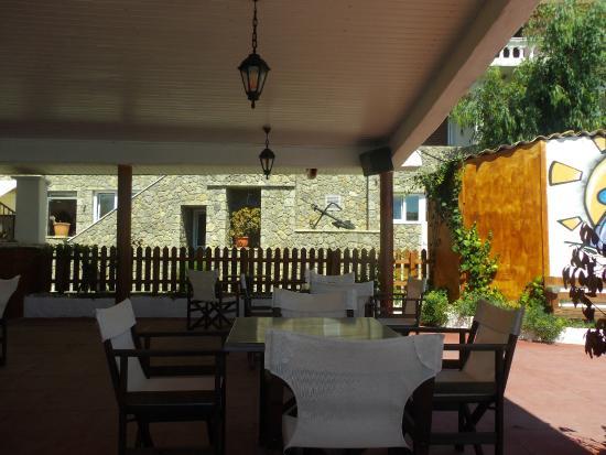 Black Rocks Seaside Restaurant Bar: A shady area.