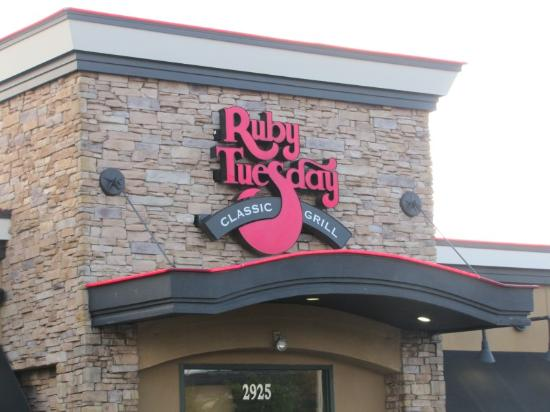 Ruby Tuesday: Front of Restaurant