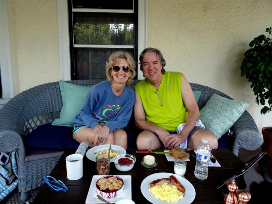 Asbury Park Inn: Breakfast on the porch.  Most enjoyable!
