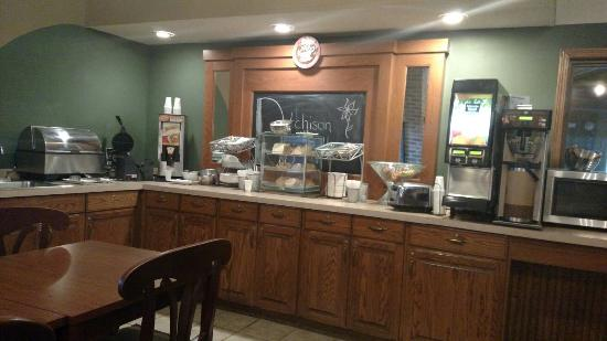 AmericInn Lodge & Suites Atchison: Breakfast Area