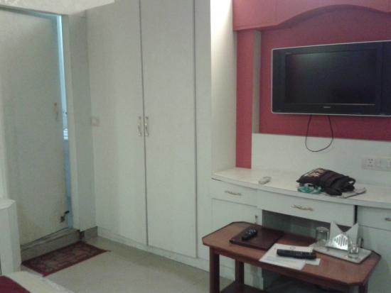 Hotel Vishal Residency: Télé, placard et à gauche la porte de salle d'eau