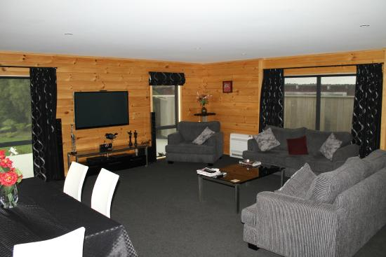 Buller Bridge Motel: Deluxe 3 Bedroom Apartment-Living/Dining Area