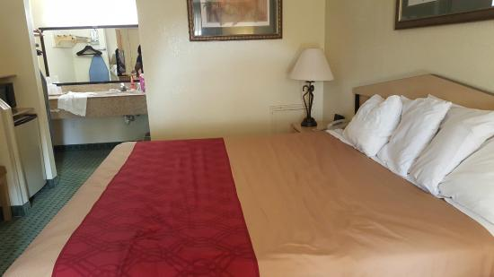 Econo Lodge: the bedroom