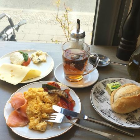 breakfast at berlin theke bild von berlin theke berlin. Black Bedroom Furniture Sets. Home Design Ideas