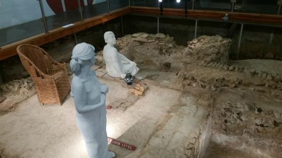 Welwyn Roman Baths: Models of Romans using the bath