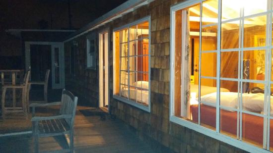 Crystal Cove Beach Cottages: Night time view of room - beautiful views from large windows