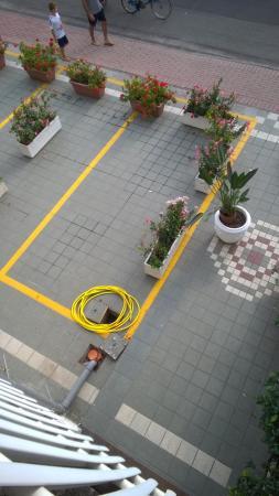 Hotel Airone: L'ingresso dell'hotel visto dalla nostra camera