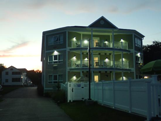 Sea Latch Motor Inn: Night view of the Manor House!