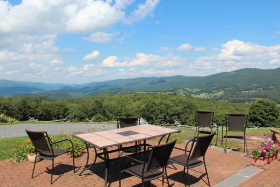 Laurel Point Retreat: Mountain views from patio & sunroom