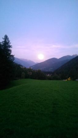 Hotel Pulvererhof: Mondaufgang vom Zimmer aus.