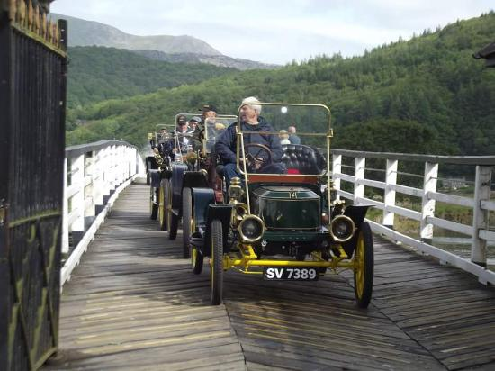 Penmaenpool, UK: Steam cars driving over the bridge