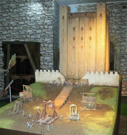 Guildhall Museum: Model of Rochester Castle under siege