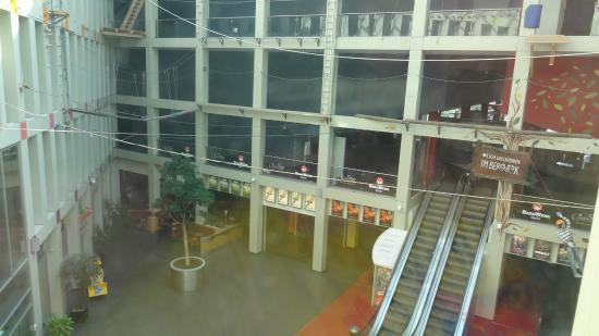 Hotel Kubrat Berlin Mitte: vista da janela - shopping