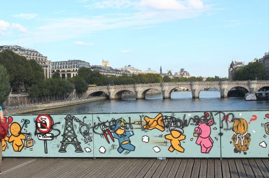 Paris, França: Grafiti en vez de candados en el Puente del Amor