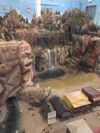 Roads and Rails Museum: Cool open Western themed layout