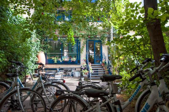 Solar Hotel: Le jardin avec les vélos gratuits