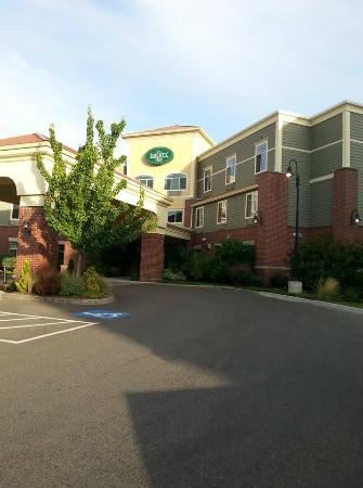 Best Western Liberty Inn DuPont: The view from the front