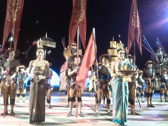 Siam Niramit Phuket: Actuaciones al aire libre antes del espectáculo