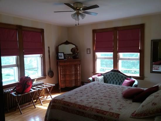 Alicion Bed & Breakfast: The dragonfly room.  Large and comfortable 2nd floor corner room.