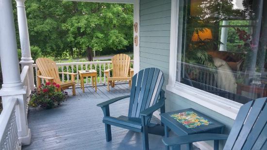 Alicion Bed & Breakfast: Comfortable wraparound porch.
