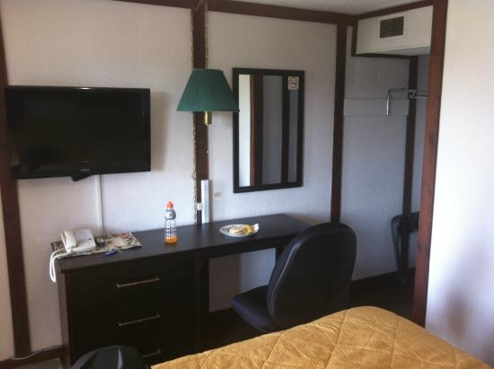 Country Squire Motel: room
