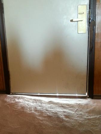 Americas Best Value Inn: Door fully closed!!