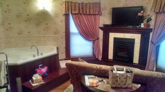 Bella Rose Bed and Breakfast: The sitting room with fireplace and bubble tub