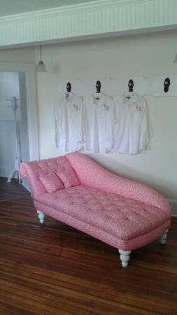 Dr. Flippin's Bed and Breakfast: Fainting couch