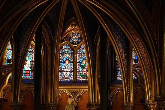 Paris, Frankrike: The simple and beautiful 13C Gothic chapel for common people, you enter at this level.