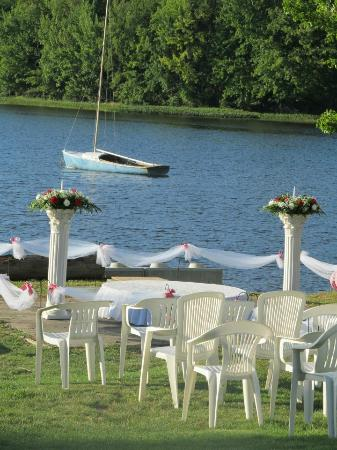 Pine Grove Cottages: lake side wedding