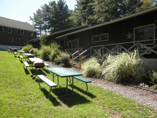 Pine Grove Cottages: Poolside cottages