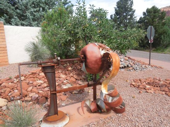 Sedona Heritage Museum: Jordan Road sculpture before the museum grounds