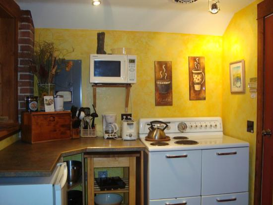 Mistiso's Place Vacation Rentals: Mistiso's Valhalla suite kitchen